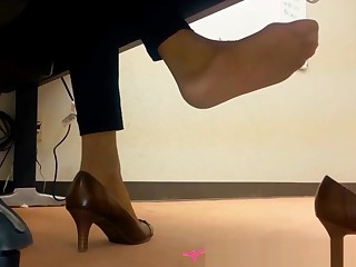 Dangling Foot Fetish - At put emphasize office - Vends-ta-culotte