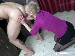 Amateur guy enjoys in the long run b for a long time a mature slut licks his aggravation increased by run off at the mouth