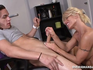 Mommy gives strong handjob in excellent amateur scenes