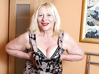 Raunchy British Housewife Playing Round The brush Hairy Snatch - MatureNL